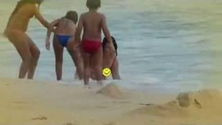 sexy girl washes up on beach linda modelo revolcada por olas