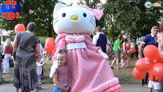 ✔ Хелло Китти и Ярослава танцуют на прогулке / Hello Kitty and Yaroslava are dancing while walking ✔