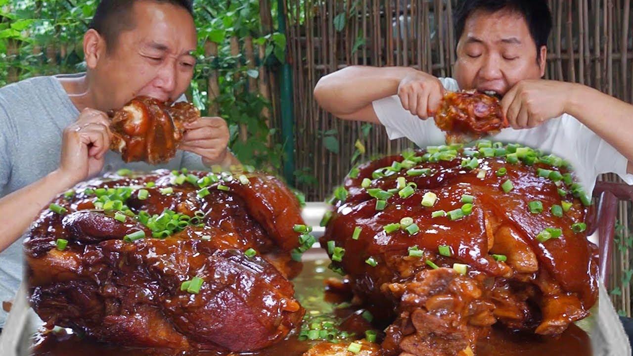 老弟鐵鍋燉超大肘子,哥倆一手一個,大口吃肉大口喝酒真過癮! 【鐵鍋視頻】
