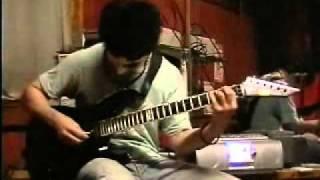 「ここでギターソロを弾いてくれ!」と言わんばかりの間奏があったので(...