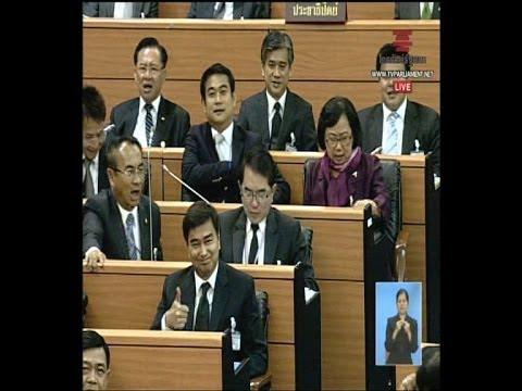 271113 สส พรรคเพื่อไทยลุกขึ้นมาสนับสนุนอภิสิทธิืให้อภิปรายต่อ