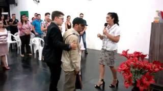 Indigente pide cantar (e impacta con su voz)