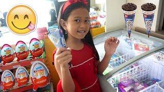 Jessica Jenica Beli Es Krim + Kinder Joy Sendiri di SUPERMARKET 💖 Apa Hadiahnya? 💖 Mainan Anak