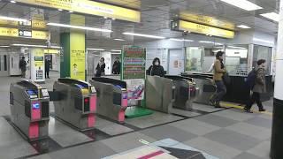 都営地下鉄浅草線大門駅の改札の風景