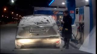 Проверила, сколько бензина в баке