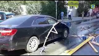 Ростов: ветер уронил стройматериалы на машину чиновника