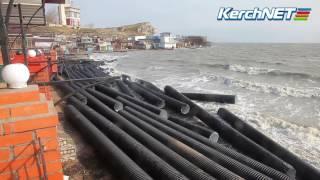 Керчь: Побережье завалило трубами с моста (фото, видео)