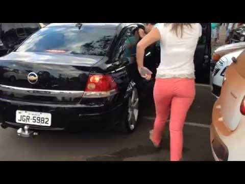 Folgado tranca carro em fila dupla no estacionamento Olha a confusão armada