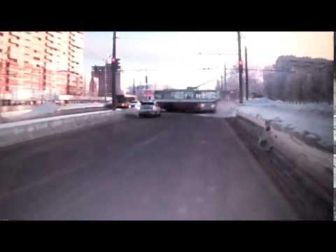 Водитель протаранившего троллейбус автомобиля в Ижевске оплатит ущерб