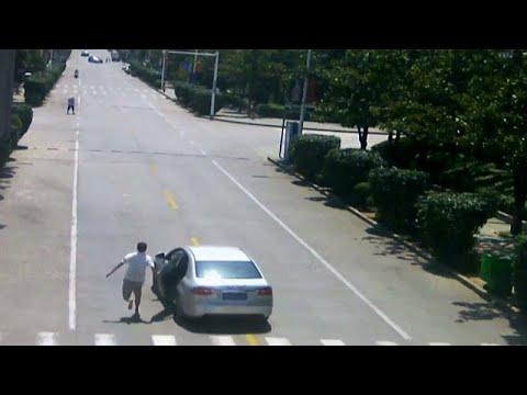 شاهد: صيني ينجح في إيقاف سيارة دون كوابح بعد أن انسابت في طريق منحدر …  - نشر قبل 34 دقيقة
