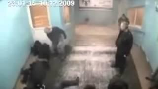 Alter Mann schlägt 5 Gangsters nieder !!