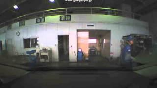 車両点検時のライトとホーン(クラクション音)の確認の様子。 Checking t...