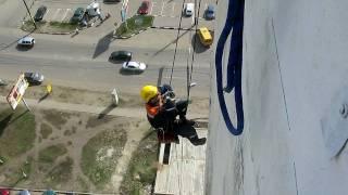 Промышленный альпинист жумарится на сидушке.AVI(Подъём по верёвке, на сидушке с длинными стропами, при помощи жумаров B/D., 2010-04-20T15:53:34.000Z)