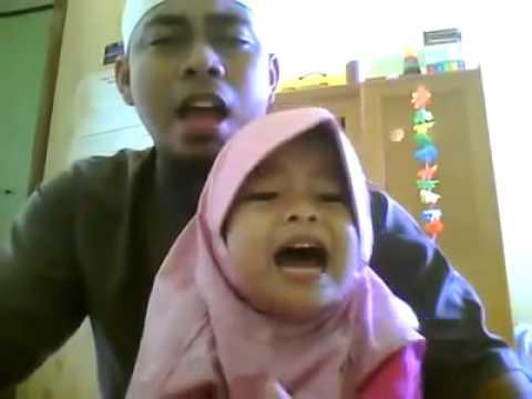 kekompakan ayah dan anak perempuannya membaca al-qur'an