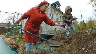 Грациозное изящество женщины с лопатой.