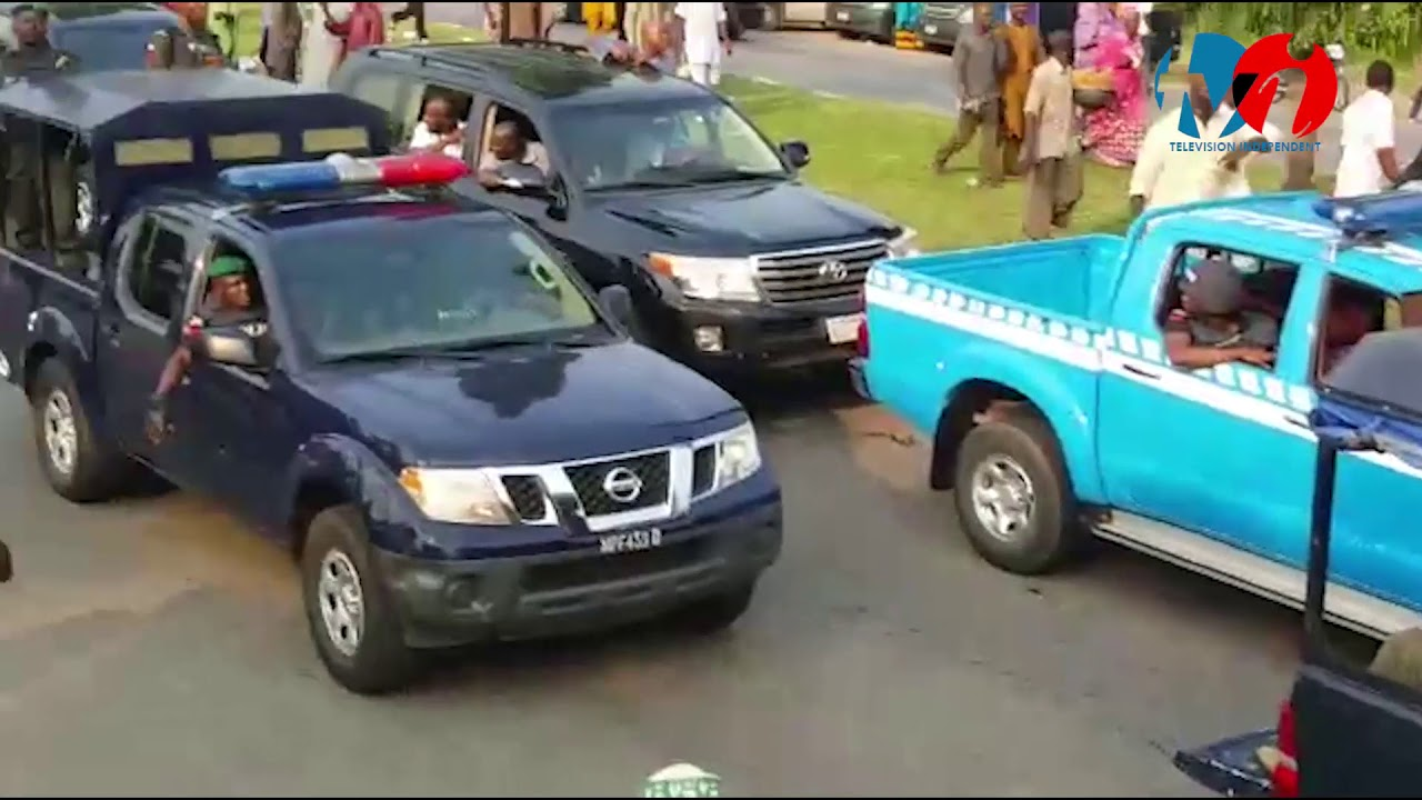 Crowd Cheering President Muhammadu Buhari As his convoy Leaves The Airport