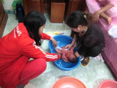 Tắm bé 2 ngày, chưa rụng rốn 1 - Trung Hieu Nguyen
