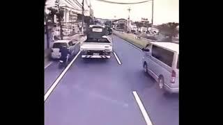 踏まれなくて良かった?すり抜け原付小僧が停車中の車に追突