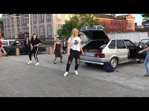 Девоньки хорошо танцуют