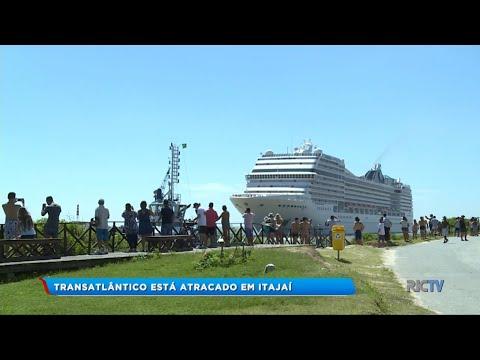 Transatlântico atraca no porto de Itajaí