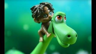 Хороший динозавр Арло ищет своих друзей на поезде динозавров.