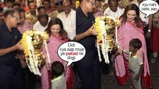 Beggars Child Asks Nita Ambani to Let Him Hold IPL Trophy @Siddhivinayak..wht Happns Nxt Will melt u