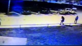 Видео с камеры наблюдения: в кадре пропавшая школьница(http://forum.na-svyazi.ru/?showtopic=2304170., 2016-04-21T19:03:50.000Z)
