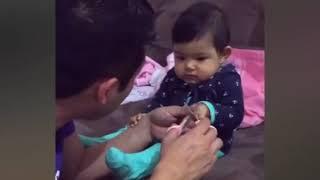 爸爸幫女兒剪指甲,女兒淘氣嚇爸爸