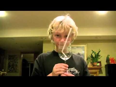 Un garçon casse un verre avec sa voix