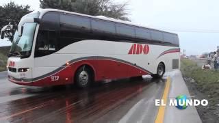 Autobús maniobra en pavimento con melaza