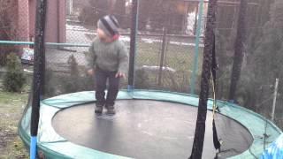 kuba skacze na trampolinie