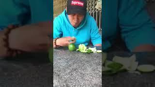 Lihat wajah orang ini, memakan buah yang asam