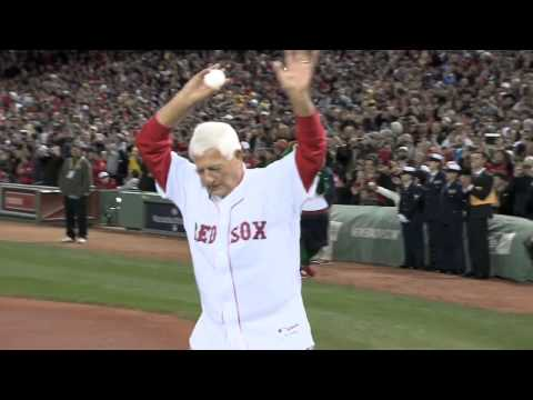 2013/10/23 Yaz throws out first pitch