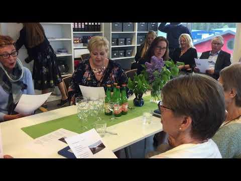 Erna Solberg synger på demensskolen i Grimstad