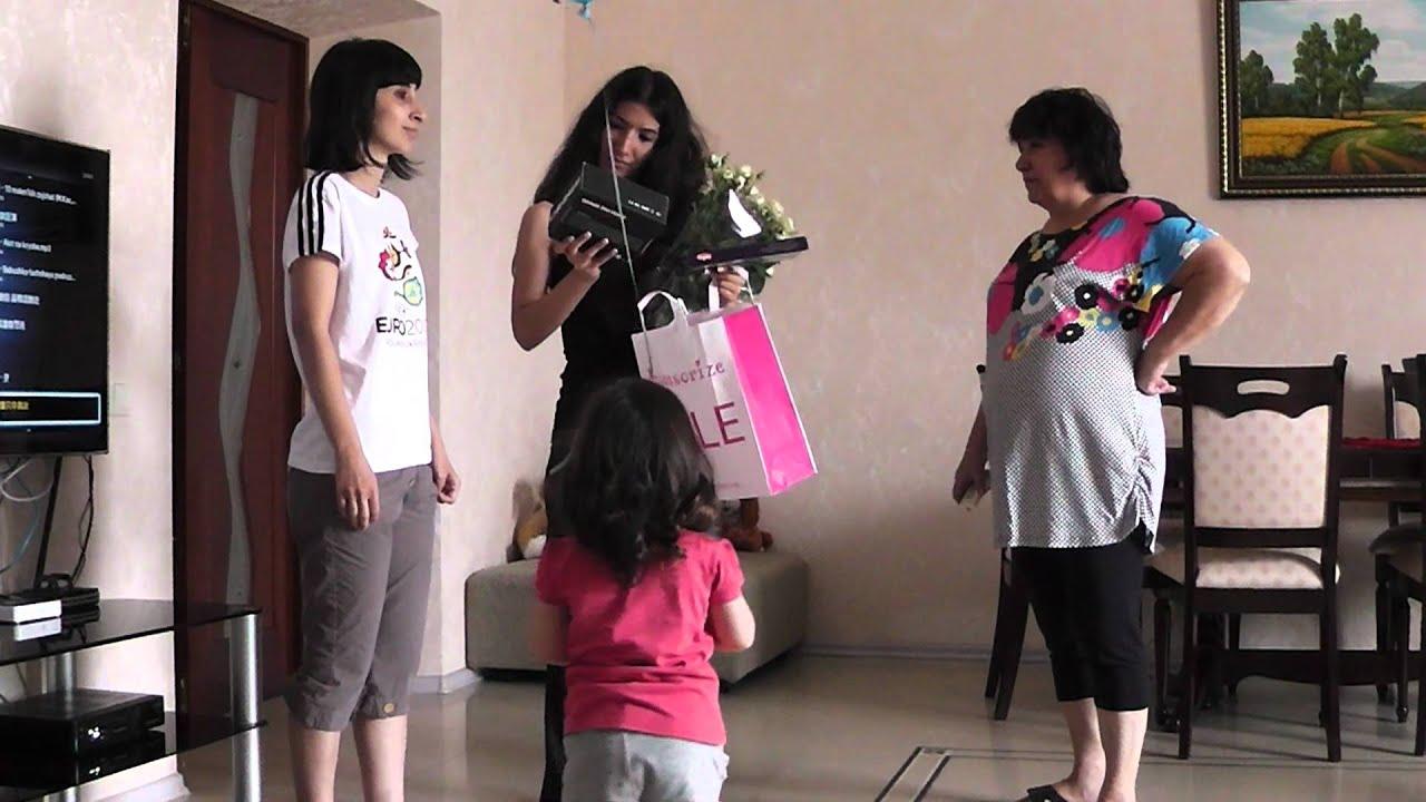Подарок на первый день рождения. Родители и дети