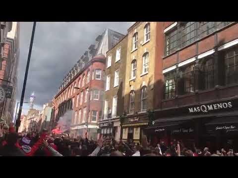 Fans vom 1.FC Köln stürmen die straßen von London