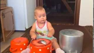 Ребенок (1 год) играет на барабанах / Baby (1 year) plays drums
