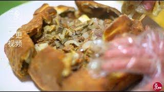 风靡全网的新疆美食——羊腿面包】 带皮焖烤的羊腿肉汁水丰盈,面包在毛炉...