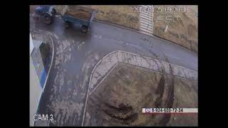 Мобильный репортер На улице Энгельса водитель трактора испортил придомовой газон и не остался безнак