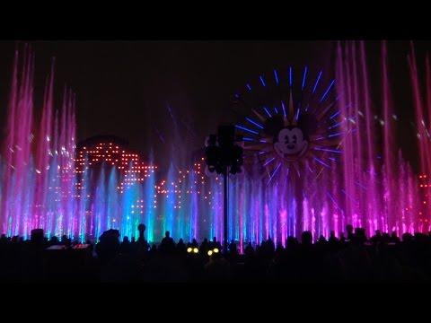Plovia dèbilment i això va propiciar que els efectes lluminosos encara fossin més espectaculars, si cap. Una veritable meravella gravada en super alta definició i en 3D àudio al Parc Disney de California. Per veure a pantalla completa i sentir amb auriculars.