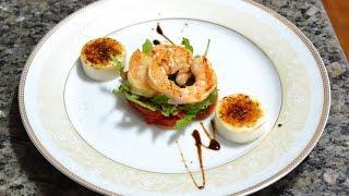 Салат из рукколы с карамелизированным козьим сыром и креветками