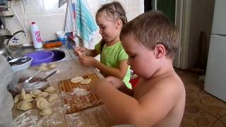 Миша и Лена делают гигапельмени.
