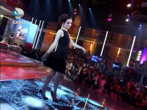 İrem Sak - Sürünüyorum { Beyaz Show } 02.03.2012