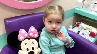 Красотка Эм прокалывает ушки в детском салоне красоты