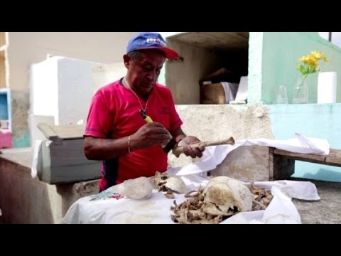 Limpian esqueletos de familiares para Día de Muertos en México