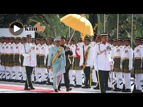 Agong disambut selaku ketua negara baharu di Parlimen