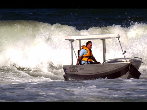 """Old surfer adds """"fins"""" to his boat and surfs waves"""