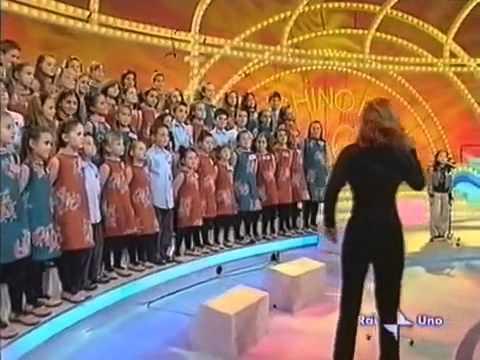 """Cô bé Việt hát bài """"Chú ếch con"""" trên truyền hình Italy"""