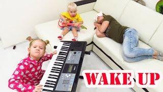 Лера и Лева играют на музыкальных инструментах и будят маму
