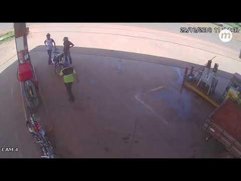 Ladrões abastecem moto, tentam atirar em frentista e arma falha durante assalto